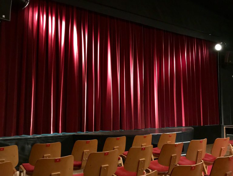 観客席とカーテン